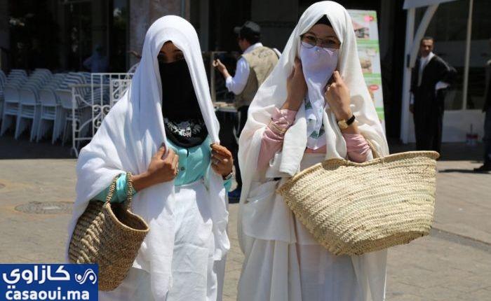 بالصورة … شابات يرتدين لباس الحايك و اللثام المغربي بشوارع الدارالبيضاء