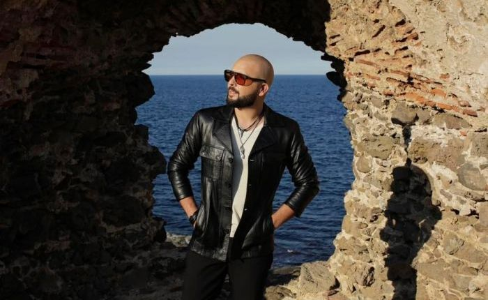 الدوزي يستشير جمهوره في إحدى أغنياته