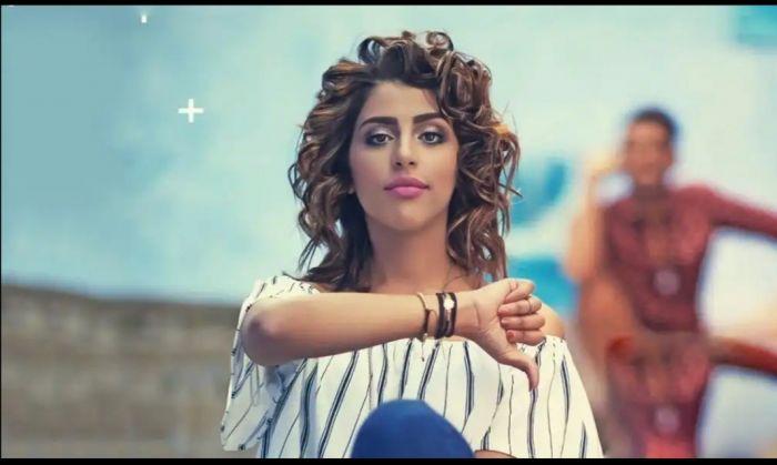 """رجاء بلمير تبتعد عن شقيقها عمر وتغني """"حبك أكبر غلطة"""""""