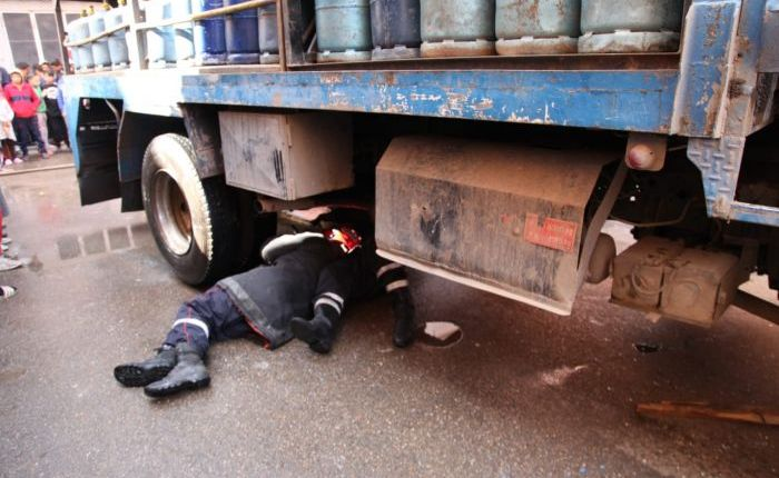 بالفيديو:عجلات شاحنة محملة بقنينات الغاز تحطم جمجمة طفل امام منزله بقرية الجماعة