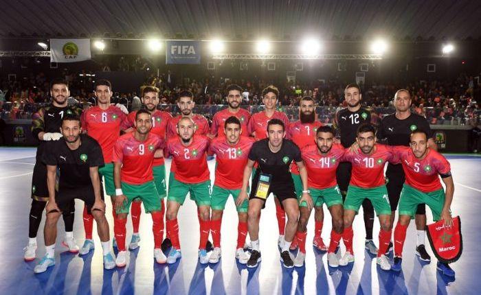 جلالة الملك يهنئ أعضاء المنتخب الوطني المغربي لكرة القدم داخل القاعة