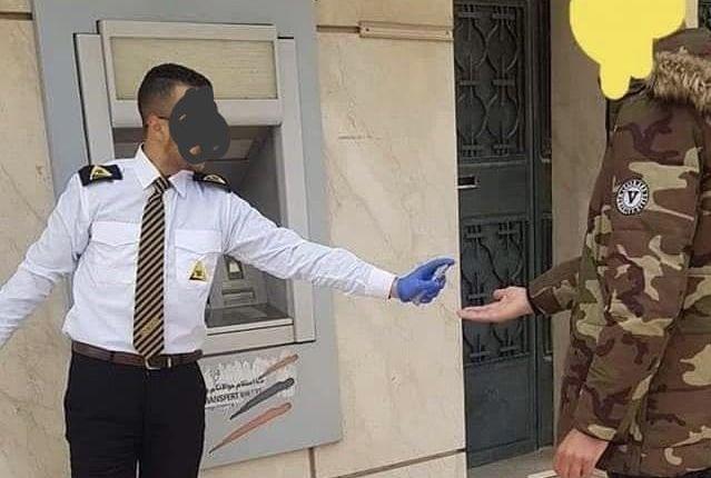 خطير : بنك مغربي يلزم حراس الأمن الخاص تعقيم شبابيكه