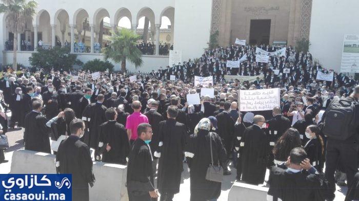 بالفيديو : وقفة احتجاجية للمحامين بالدار البيضاء تضامنا مع زميل لهم