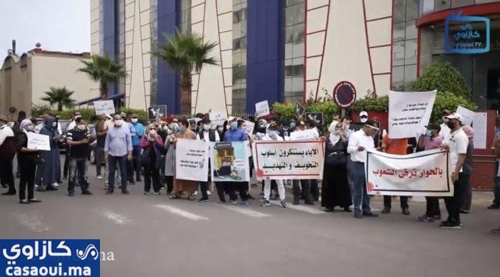 بالفيديو : وقفة احتجاجية لآباء التلاميذ أمام مدرسة خصوصية بالدار البيضاء